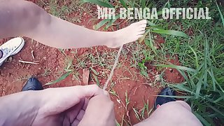 Mijando no pé da novinha gostosa / Pissing on the teen feet - MR BENGA